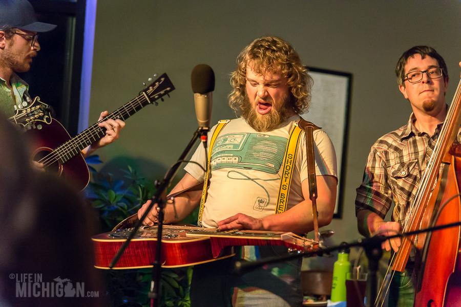 Bluegrass Bonanza JasonDennieMarkLavengood-ChelseaAlehouse-Chelsea-MI-20151028-ChuckMarshall-018
